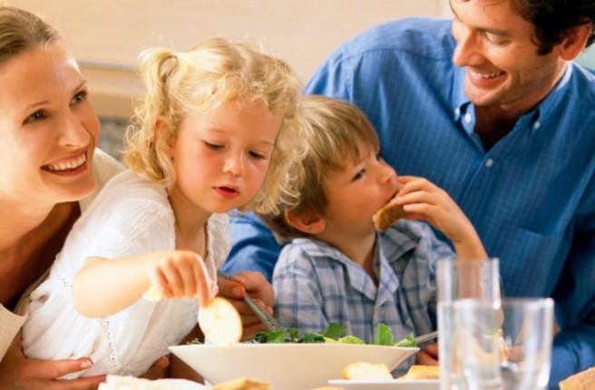 Mangiare-seduti-a-tavola...non-è-una-questione-di-buona-educazione